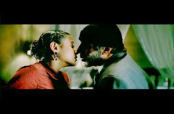 amitabh-bachchan-and-rani-mukherjee-kissing-scene